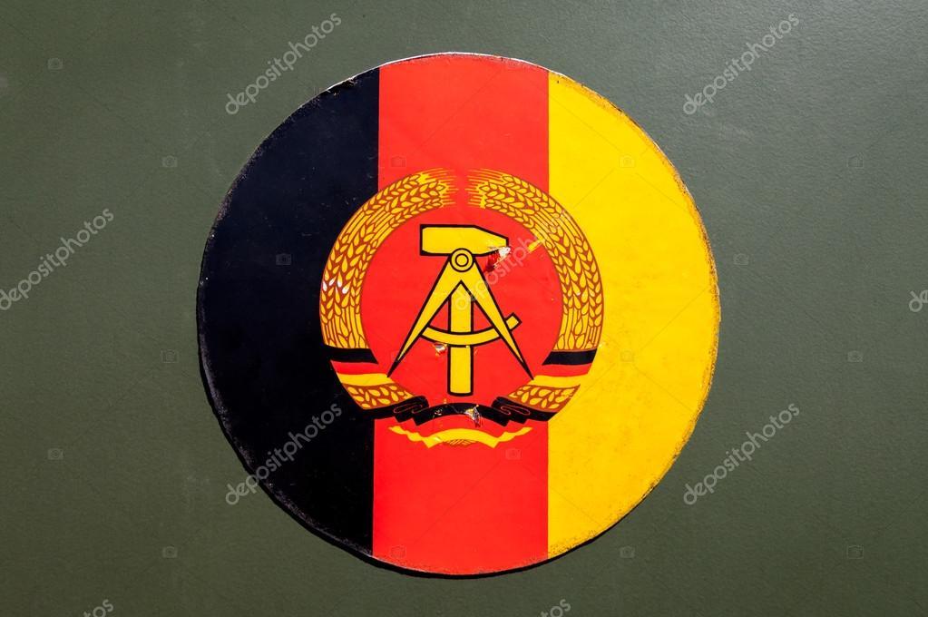 ドイツ民主共和国の国章 — スト...