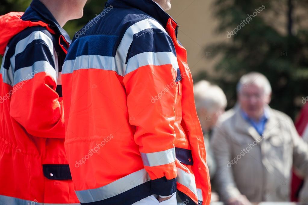 Ambulanciers Allemands Dans Des Vestes Rouges Sur Une Rue