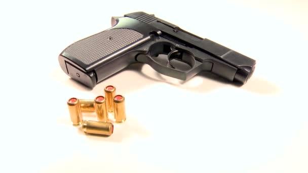 halbautomatische Handfeuerwaffe mit Tränengaspatronen, Beauty-Shot in Großaufnahme auf weißem Hintergrund .