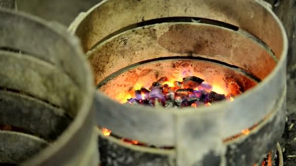 Nahaufnahme von Flammen mit kleinen Flammen aus einem Kamin für die Produktion von Weinfässern.