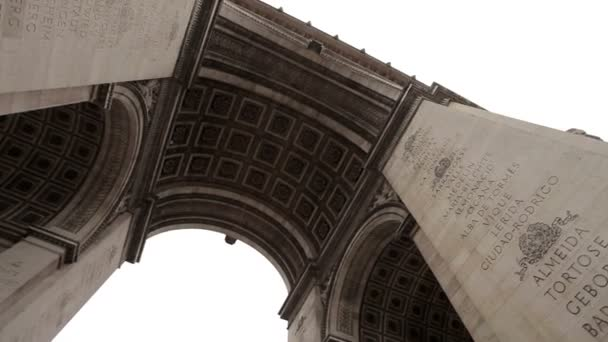 Arc De Triomphe Paris an einem wolkigen Tag. Langsame Pfanne unter dem Bogen.