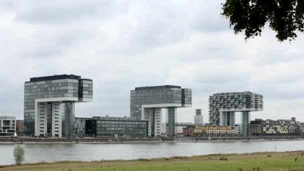 Kranhäuser. Kölns moderne Architektur verschwindet hinter Bäumen. Skyline. Kamerafahrt. mittlerer Schuss.
