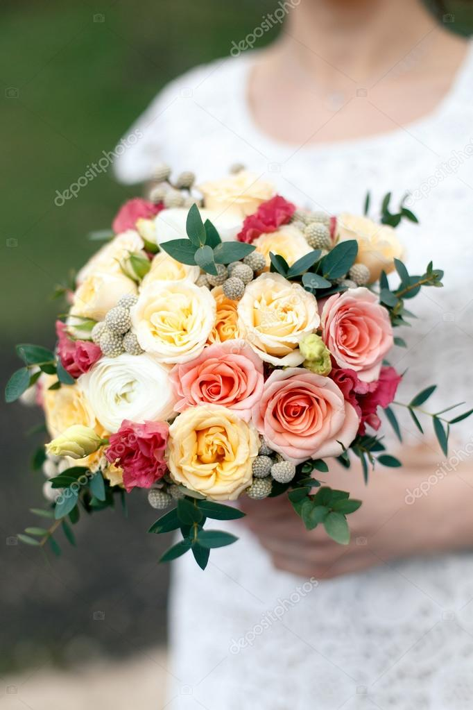 Brautstrauss Aus Yellowe Und Rosa Rosen Stockfoto C Bestsenny