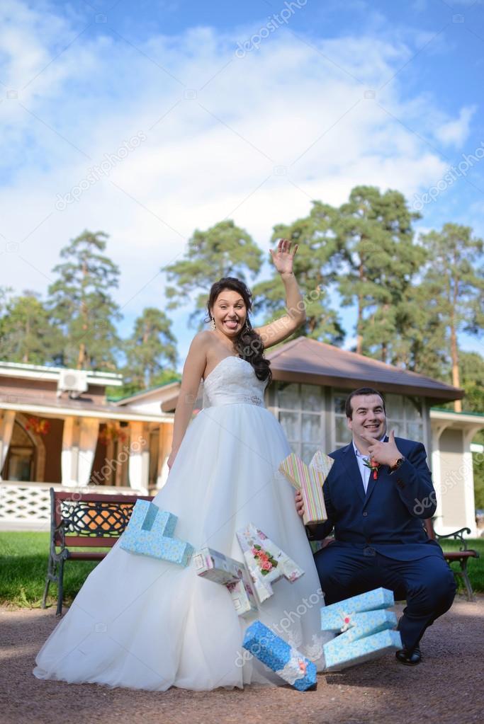 a0e718692f Novia con novio con letras decorativas grandes en belleza. Retrato femenino  y masculino. Mujer con velo de encaje.
