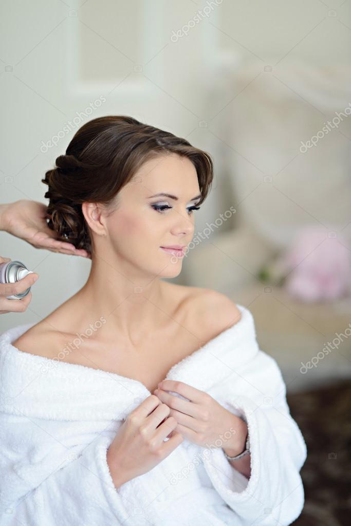 67dfc7f03ddc71 Весільний макіяж художник робить макіяжу і зачіски для нареченої. Красива  дівчина моделі в приміщенні. Люкс для ранкового милої дамі використовув —  Фото від ...