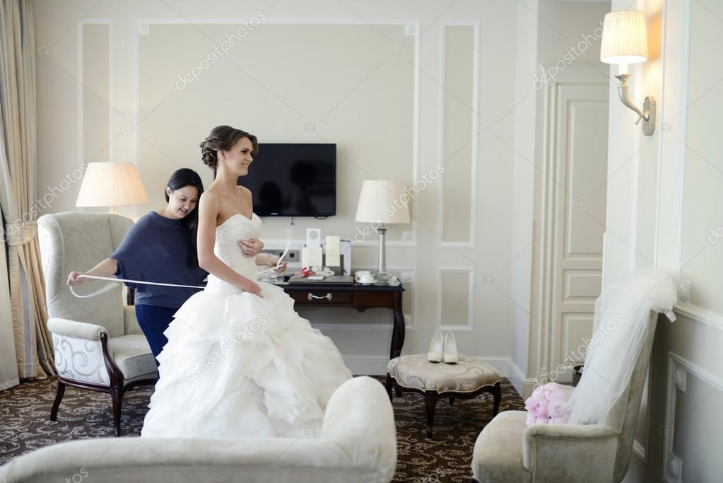 Brautjungfer, die Schnürung Hochzeitskleid für die Braut — Stockfoto ...