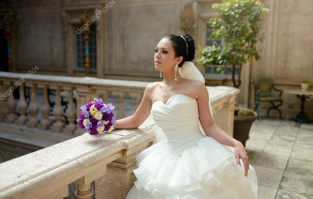 Schöne Brünette Braut im Hochzeitskleid — Stockfoto © pvstory #104684436