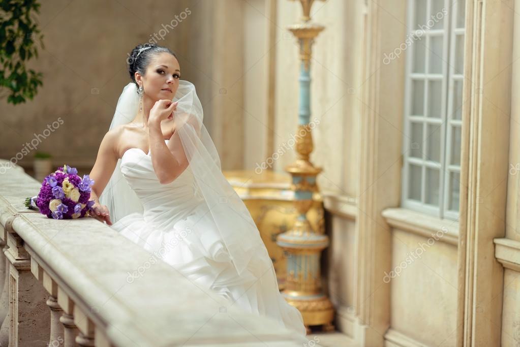 Schöne Brünette Braut im Hochzeitskleid — Stockfoto © pvstory #104684512