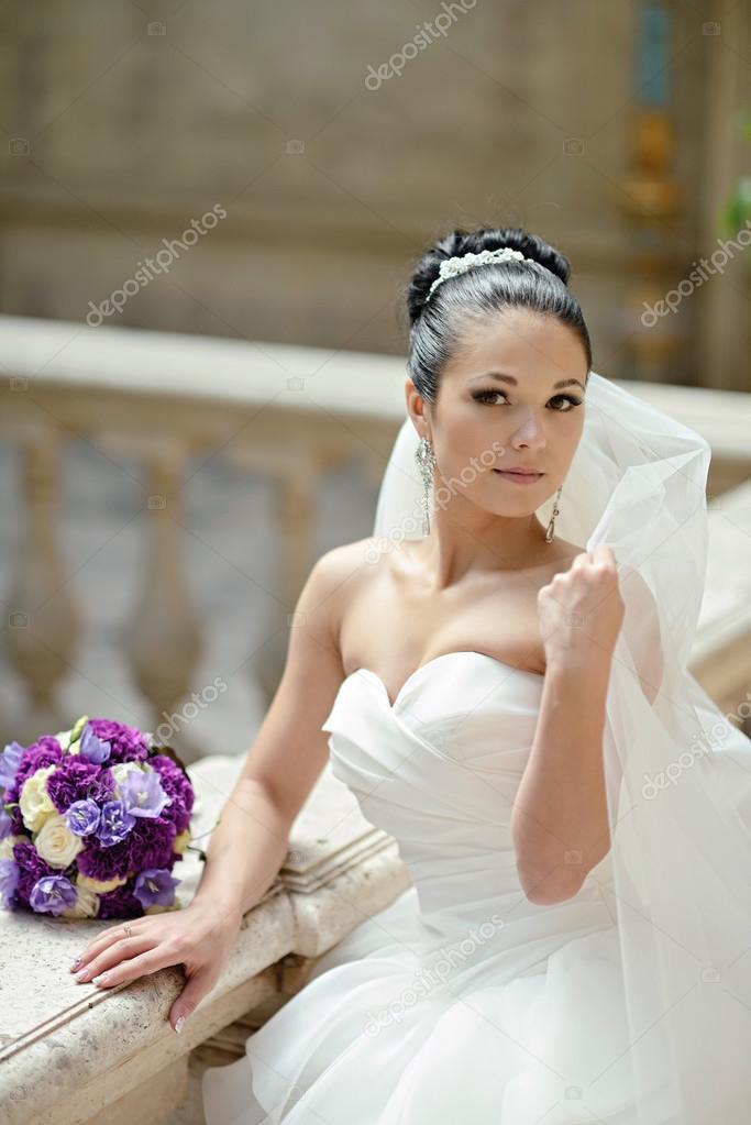 Schöne Brünette Braut im Hochzeitskleid — Stockfoto © pvstory #104684670
