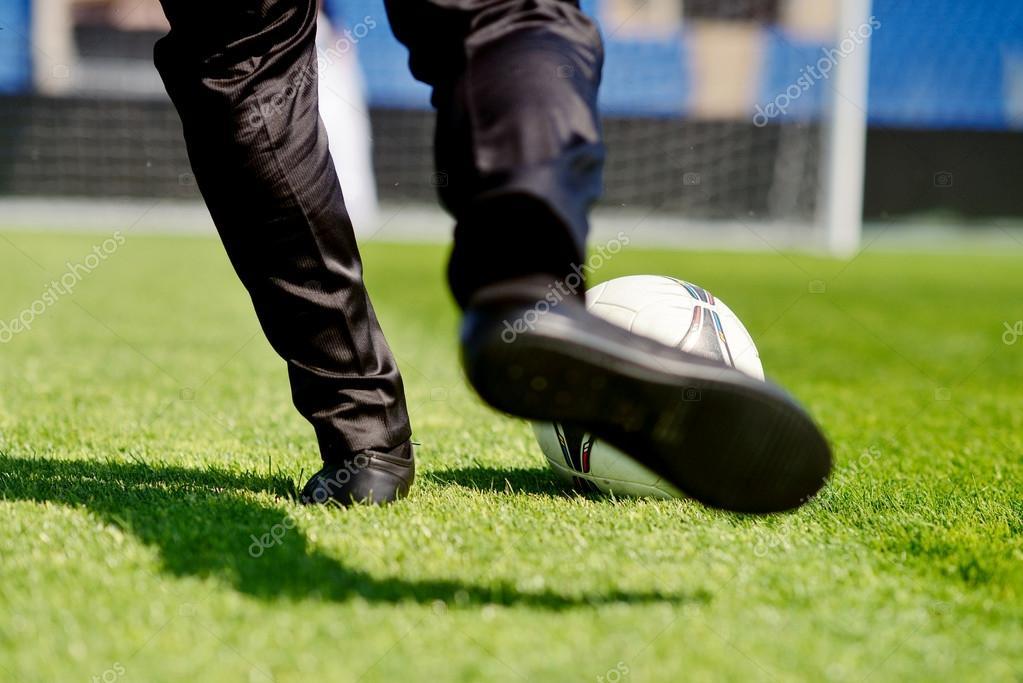 Pareja De Novios Jugando Futbol Novios Jugando Al Futbol Foto De