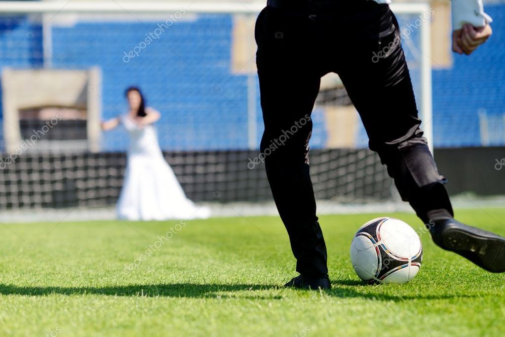 Novios Jugando Al Futbol Fotos De Stock C Pvstory 104841708