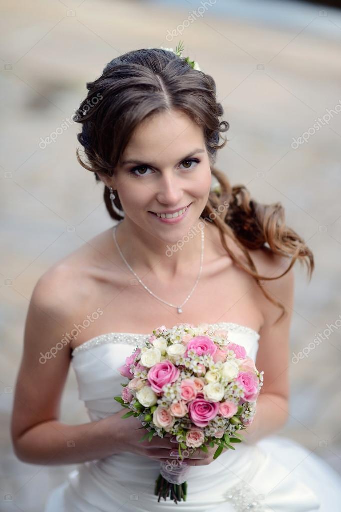 Bella novia en vestido de novia con ramo — Fotos de Stock © pvstory ...
