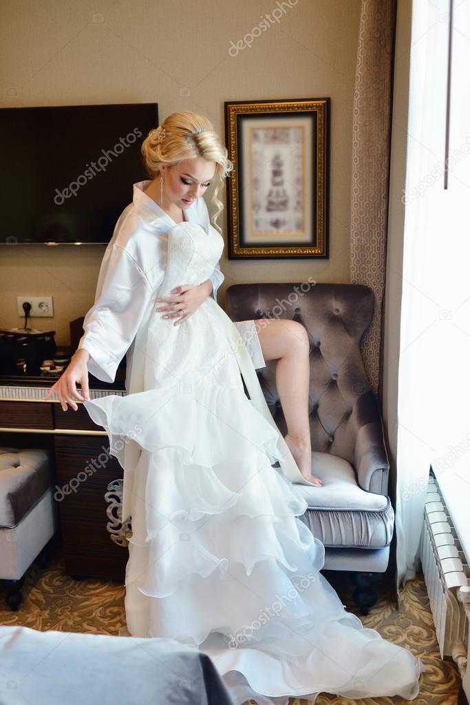 hermosa novia viendo el vestido de novia — foto de stock © pvstory