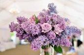 fiori lilla in ristorante
