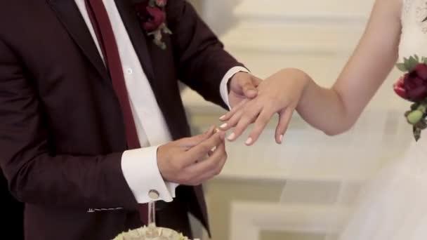 Coppie di cerimonia nuziale indossando anelli
