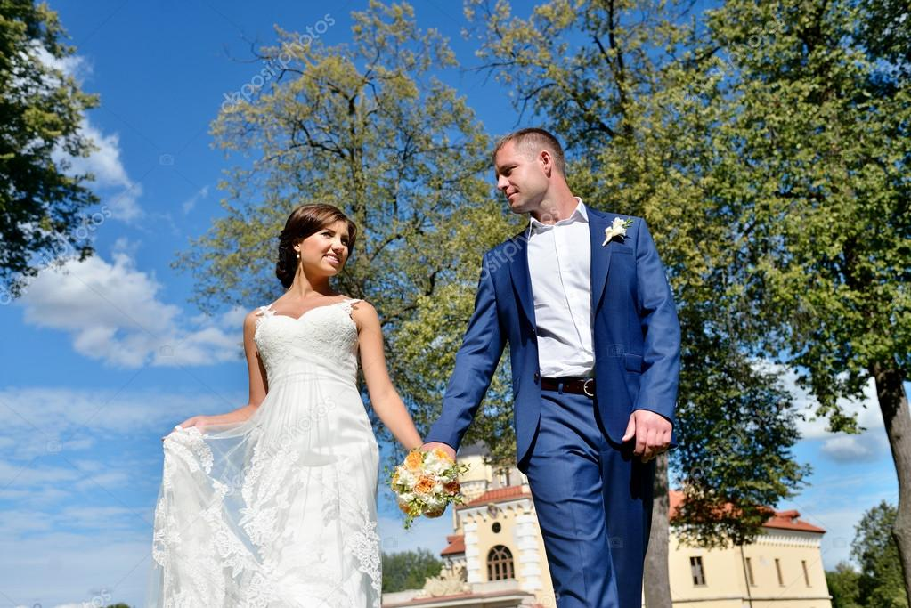 Wedding couple on nature — Stock Photo