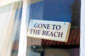 Odešla na pláž Dřevěná Cedulka