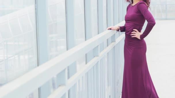 Schöne lockige Frau in einem langen dres