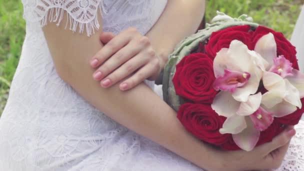 Červené svatební kytice v ruce