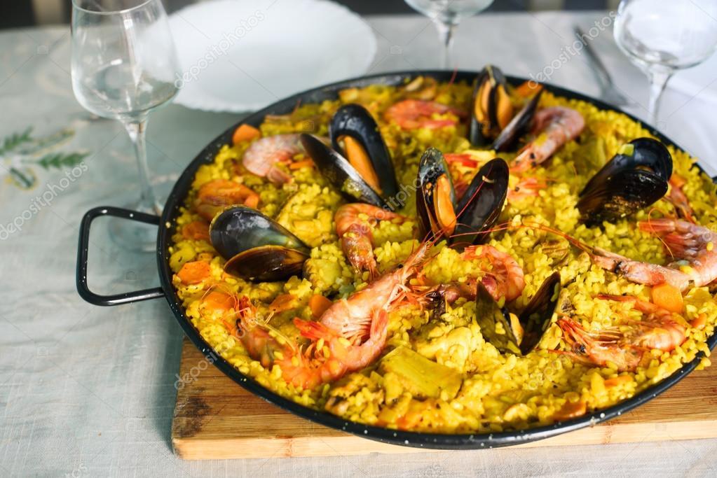 paella plat espagnol traditionnel avec crevettes et moules photographie. Black Bedroom Furniture Sets. Home Design Ideas
