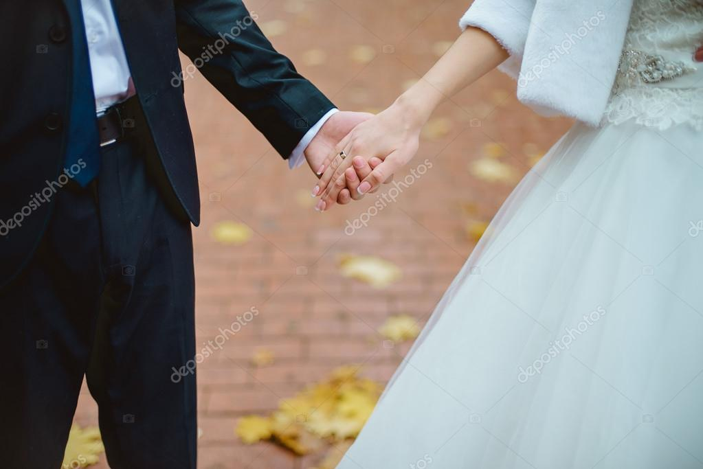 Newly wed couple's hands with wedding rings — Stock Photo