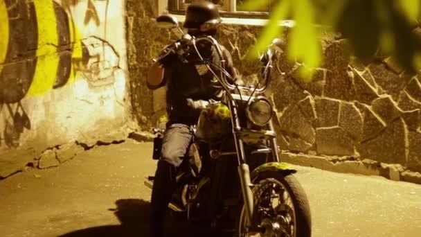 Biker erhält umfasst ein Motorrad, einem ersten Gang und beginnt zu bewegen