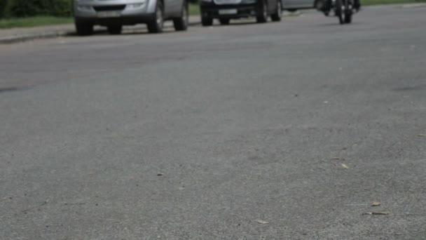 Motorkář na motorce zastavil u chodníku