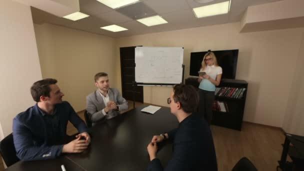 Podepsání smlouvy s týmem partnerů v zasedací místnosti