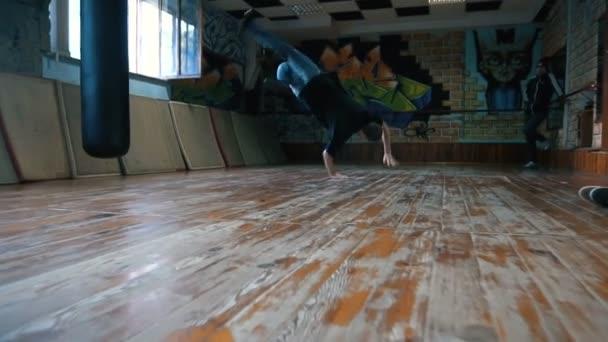 Ein Junger Mann Tanzt Breakdance In Einen Weißen Pullover