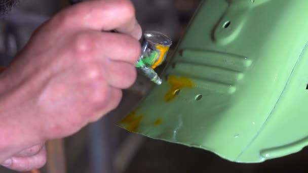 Homme Avec Tatouages Couleurs Les Details De La Moto Dans Le Garage