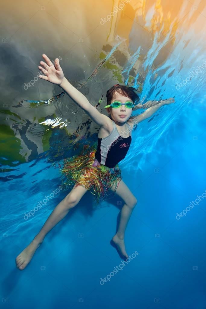 Bambina felice nuotare e giocare sott 39 acqua in piscina su - Orientamento piscina ...