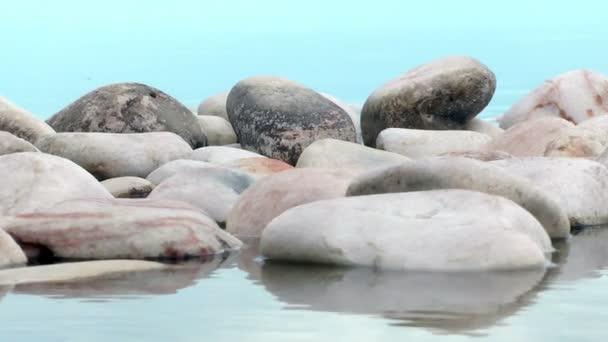 oblázky ve vodě
