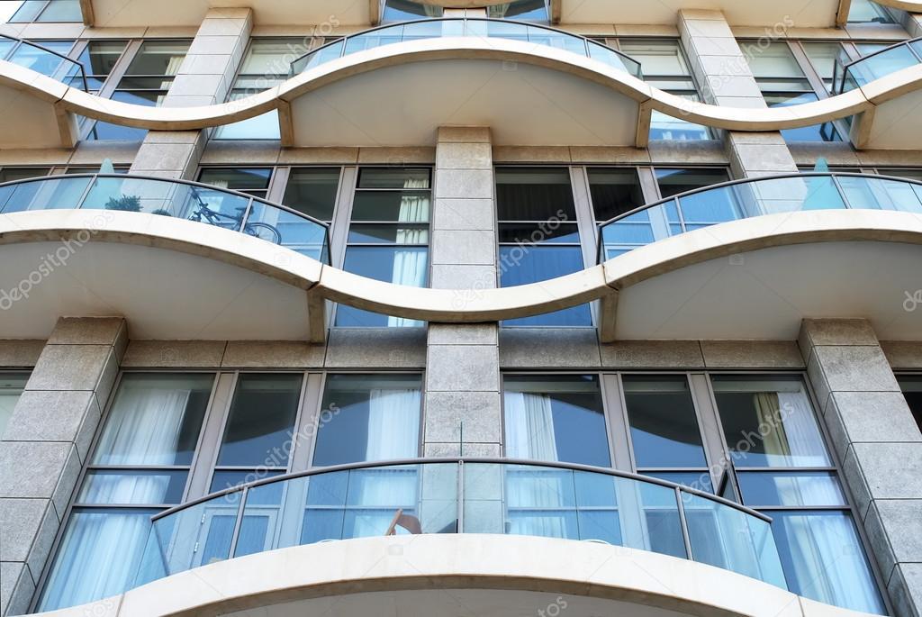 Fragment van de gevel van een modern appartement huis u stockfoto
