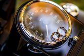 snubní prsteny na motocyklu rychloměru