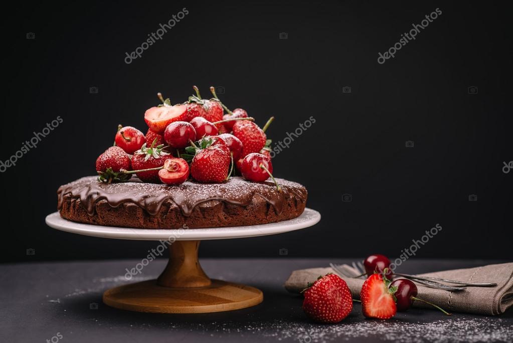 toskanischer schokokuchen mit erdbeeren und kirschen stockfoto 113184966. Black Bedroom Furniture Sets. Home Design Ideas