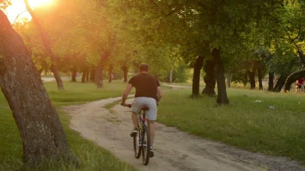 dva cyklisty jedoucí na polní cestě