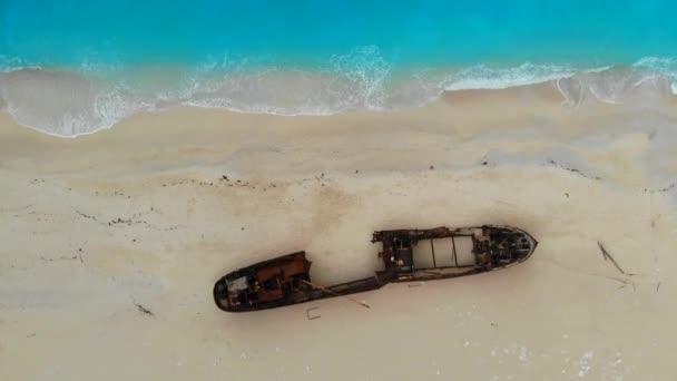 Pohled shora dolů na Navagio Shipwreck Beach