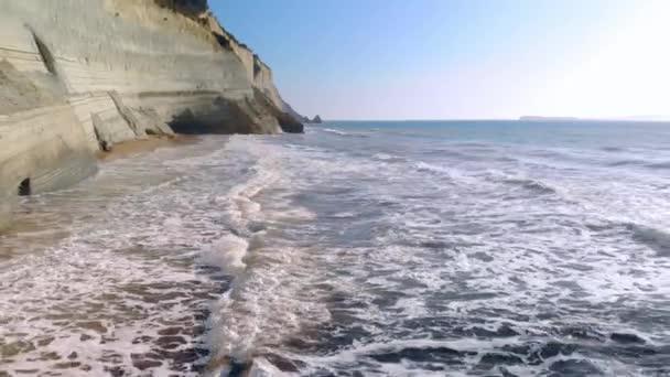 Tiefflug über Wellen.