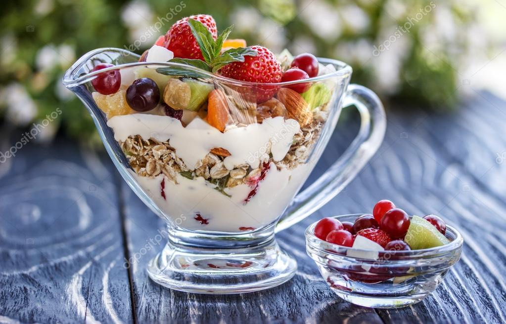 Closeup de ensalada de frutas con fresas yogur y granola for Frutas de cristal