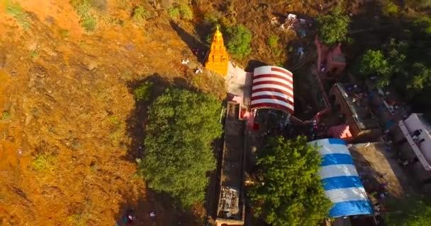 Tempel zwischen Gebirgsvolk im Luftbild