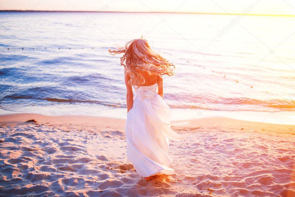 Novia en la boda en el atardecer de playa — Fotos de Stock ...