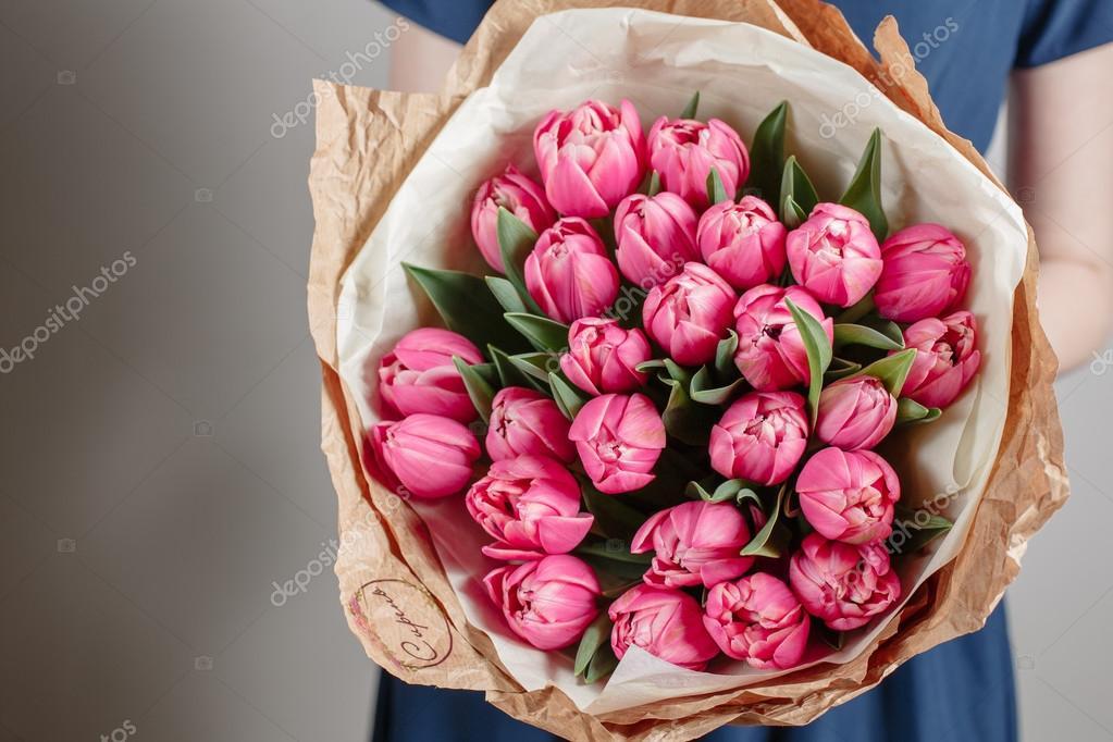 Bloemist Meisje Met De Bloemen Van De Pioenroos Of Roze Tulpen Jonge