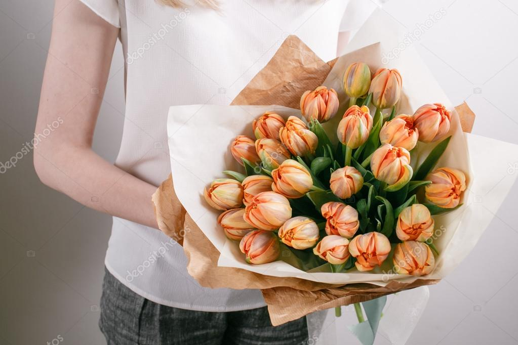 Bloemist Meisje Met De Bloemen Van De Pioenroos Of Oranje