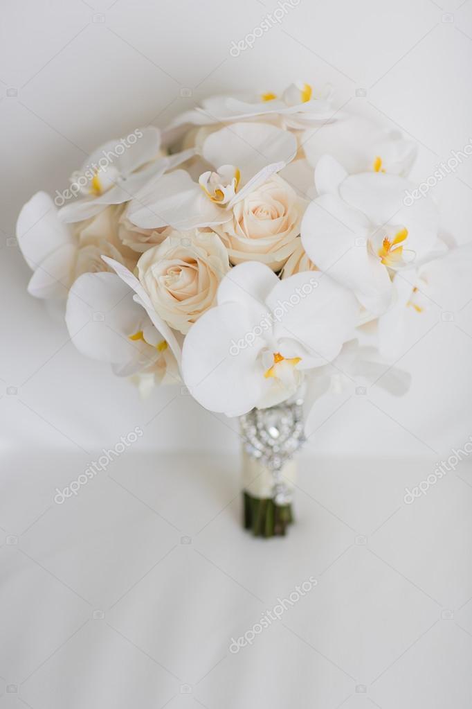 nahaufnahme eines wei en orchideen blumen und rosen hochzeit blumenstrau stockfoto. Black Bedroom Furniture Sets. Home Design Ideas