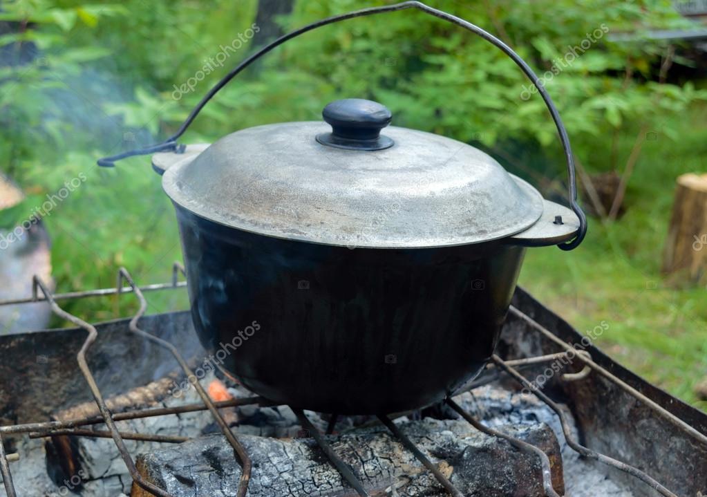 marmite en fonte avec couvercle pour la cuisson sur un feu ouvert photographie iaroshenko. Black Bedroom Furniture Sets. Home Design Ideas