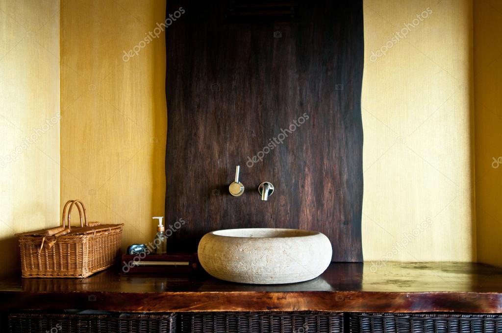 Moderne badkamer interieur met originele witte stenen wastafel klok houten manden en - Stenen wastafel ...