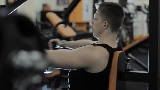 Muž trénink v tělocvičně
