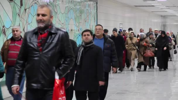 Marmaray Metro, cestující budou na nádraží, 18 prosince 2013, Sirkeci stanice Istanbul - Turecko