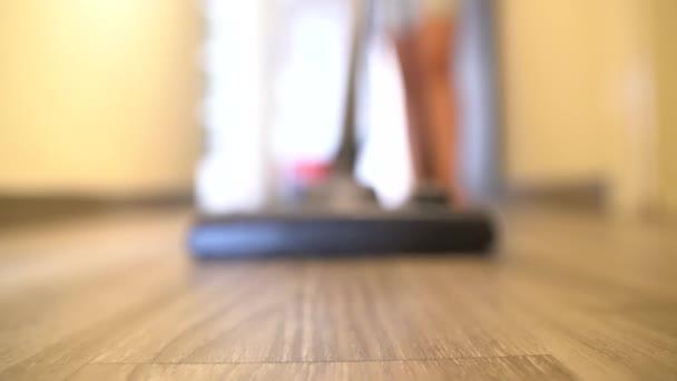 Die Wohnung mit Staubsauger reinigen