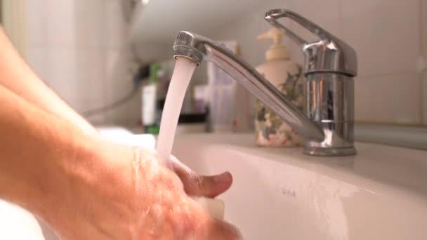 Az ember kezet a mosdó szappannal mossa